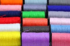Porción de carretes coloreados de la cuerda de rosca Fotografía de archivo