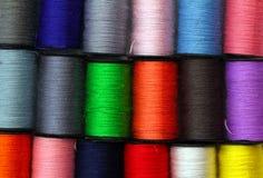 Porción de carretes coloreados de la cuerda de rosca Fotografía de archivo libre de regalías