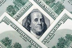Porción de cientos billetes de dólar Fotos de archivo