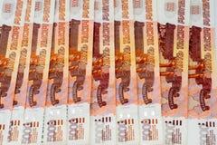 Porción de cinco mil rublos de billetes de banco Imagen de archivo libre de regalías