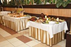 Porción de comida en la tabla Fotos de archivo libres de regalías