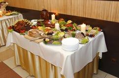 Porción de comida en la tabla Fotografía de archivo