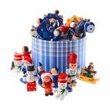 Porción de decoraciones multicoloras de la Navidad en un roun rayado azul Imagen de archivo libre de regalías