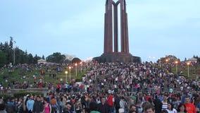 Porción de gente en el parque metrajes