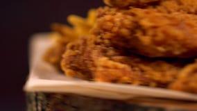 Porción de giro de las alas, de la cerveza y de las salsas de pollo almacen de metraje de vídeo