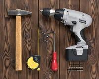 Porción de herramientas de la mano en superficie de madera Imagen de archivo