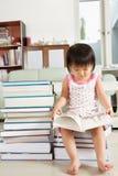 Porción de la lectura de la muchacha de Litlle de libros Imágenes de archivo libres de regalías
