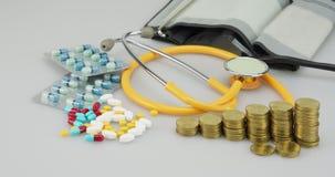 Porción de lapso de tiempo del paso de las monedas de la píldora y de oro de la medicina metrajes