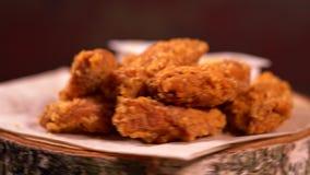 Porción de las alas de pollo frito desmenuzadas almacen de video