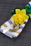 Porción de los cubiertos con una flor del narciso Fotos de archivo libres de regalías