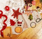 Porción de materia para los regalos hechos a mano, tijeras, cinta, papel con el co Imagen de archivo libre de regalías
