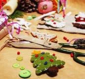 Porción de materia para los regalos hechos a mano, tijeras, cinta, papel con el co Foto de archivo libre de regalías
