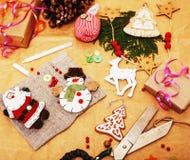 Porción de materia para los regalos hechos a mano, tijeras, cinta, papel con el co Fotografía de archivo