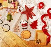 Porción de materia para los regalos hechos a mano, tijeras, cinta, papel con el co Imagenes de archivo