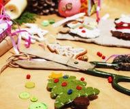 Porción de materia para los regalos hechos a mano, tijeras, cinta, papel con el co Fotos de archivo