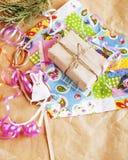 Porción de materia para los regalos hechos a mano, tijeras, cinta, papel con el co Imagen de archivo