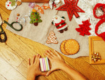 Porción de materia para los regalos hechos a mano, tijeras, cinta, papel con el co Fotos de archivo libres de regalías