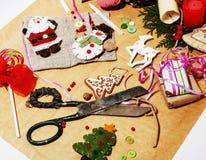 Porción de materia para los regalos hechos a mano, tijeras, cinta, papel con el co Fotografía de archivo libre de regalías