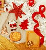 Porción de materia para los regalos hechos a mano, tijeras, cinta, papel con el co Foto de archivo