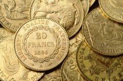 Porción de monedas de oro para ahorrar Imagen de archivo libre de regalías