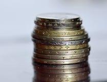 Porción de monedas valiosas en una superficie de cristal Fotografía de archivo libre de regalías