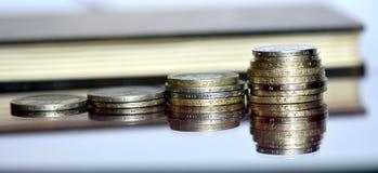 Porción de monedas valiosas en una superficie de cristal Fotos de archivo libres de regalías