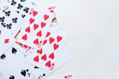 Porción de naipes viejos polvorientos Fondo del póker juego del casino, jugando imagenes de archivo