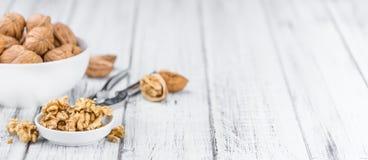 Porción de nueces agrietadas en fondo de madera y x28; foco selectivo Imágenes de archivo libres de regalías