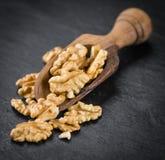 Porción de nueces agrietadas en una losa de la pizarra Fotos de archivo libres de regalías