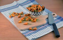 Porción de pequeñas pimientas de chiles secadas en la cocina en fotografía de la toalla de plato Imagenes de archivo