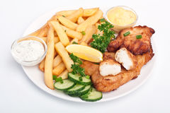 Porción de pescado frito con patatas fritas en el fondo blanco Foto de archivo