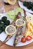Porción de pescados asados a la parilla con espinaca Fotografía de archivo