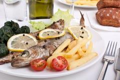 Porción de pescados asados a la parilla con espinaca Imagen de archivo libre de regalías