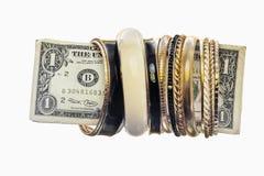 Porción de pulseras de oro en cuenta del uno-dólar Fotografía de archivo