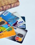 Porción de tarjetas de crédito necesarias Imagenes de archivo