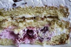 Porción de torta cremosa acodada de la fruta con en cierre encima de la visión Torta de la frambuesa con el chocolate Torta de ch imágenes de archivo libres de regalías