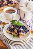 Porción de torta hecha en casa fresca del arándano fotos de archivo
