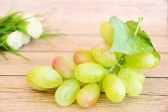 Porción de uvas verdes frescas imagenes de archivo