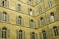 Porción de ventanas en dos paredes Imagen de archivo libre de regalías