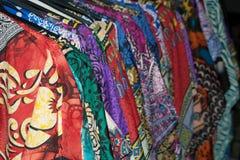 Porción de vestidos coloridos en suspensiones Imagen de archivo libre de regalías