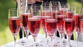 Porción de vidrios de vino rojo y de champán en la tabla de comida fría almacen de metraje de vídeo