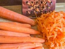 Porción de zanahorias en la tabla Imagenes de archivo
