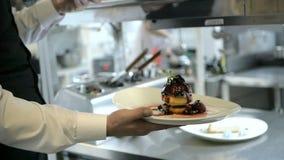 Porción del camarero en el movimiento de servicio en restaurante almacen de video