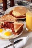 Porción del desayuno del tocino y de los huevos Fotos de archivo libres de regalías