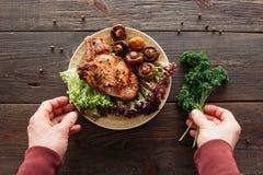 Porción del filete Carne asada a la parilla con las verduras frescas Imagen de archivo libre de regalías