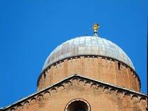 Porción del tejado de la basílica de St Anthony en Padua Imagen de archivo