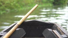 Porción delantera de un pequeño barco corriente de madera almacen de metraje de vídeo