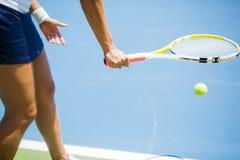 Porción femenina hermosa del jugador de tenis Fotos de archivo