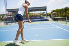 Porción femenina hermosa del jugador de tenis Foto de archivo libre de regalías