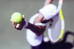 Porción femenina hermosa del jugador de tenis Imagenes de archivo